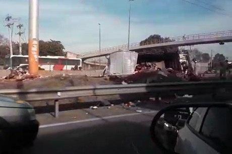 Caminhão ficou destruído e homem ferido em acidente