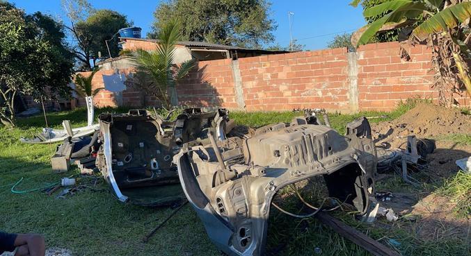 Polícia prendeu  dois suspeitos durante flagrante de desmanche de um automóvel