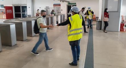 Agentes distribuíram máscaras para passageiros