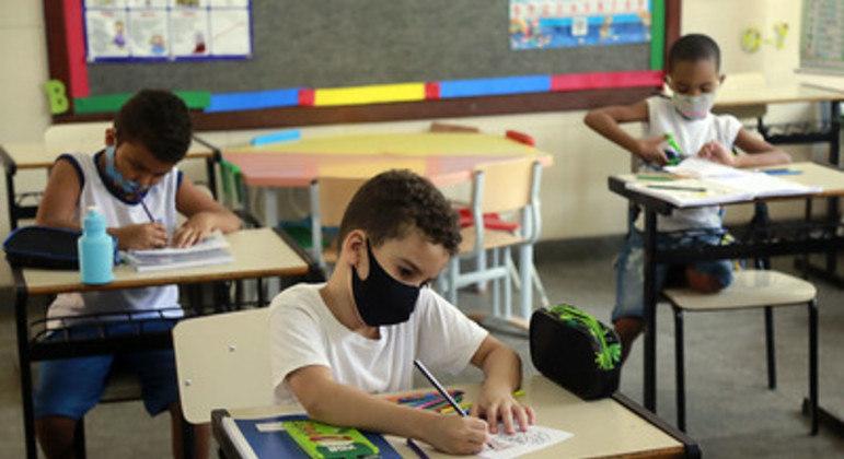 Estudantes começam a retomar as atividades presenciais