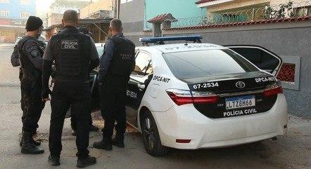 Policiais da DPCA durante operação
