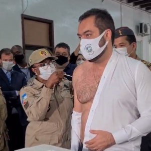 Claudio Castro recebendo vacina