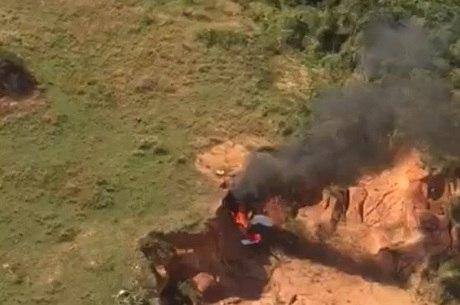 Ultraleve pegou fogo ao cair em um área de mata