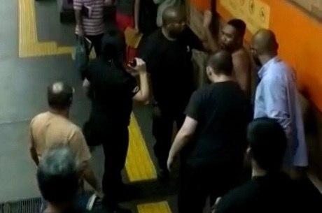Imagens mostram ambulante cercado por seguranças