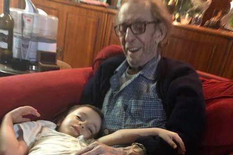 Neta Sofia em foto rara com avô