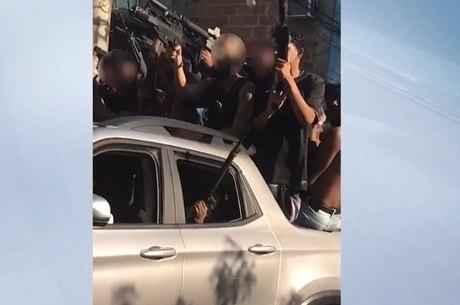 Vídeo mostra cerca de dez pessoas com armas em carro