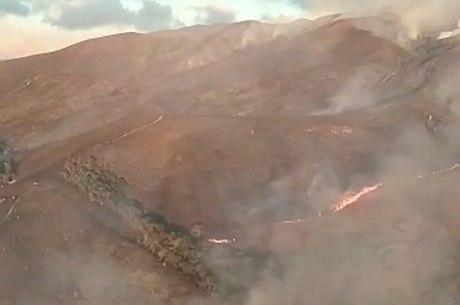 Bombeiros continuam combatendo as chamas na região