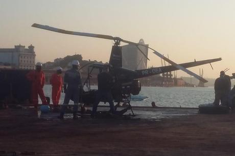 Helicóptero que afundou foi retirado da Baía de Guanabara