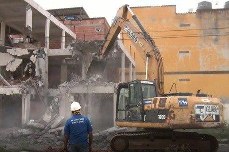 Retroescavadeiras demoliram prédios irregulares