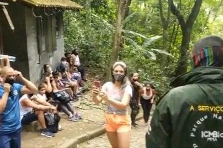 Guarda do parque instruindo visitantes no sábado (29)