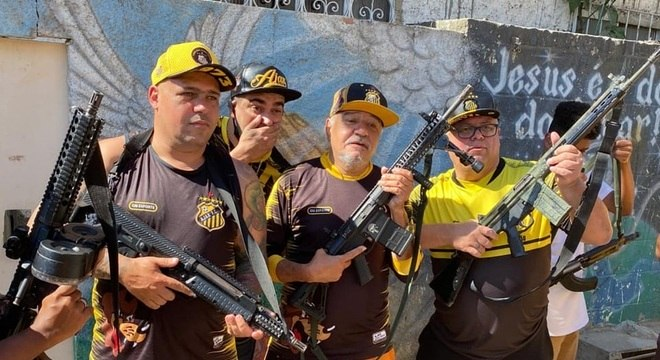 Integrantes de time de futebol de várzea aparecem segurando armas no Complexo da Maré