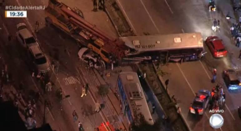 Grave acidente entre ônibus e caminhão deixou feridos em Niterói