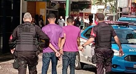 Dois assaltantes são presos após fazerem vendedora refém