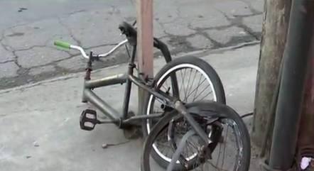 Wellington estava de bicicleta a caminho do trabalho