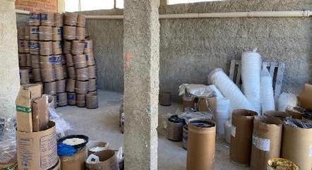 Galpão era utilizado como fábrica clandestina de materiais