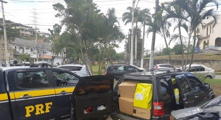 PRF encontra diversas caixas de papelão dentro do veículo