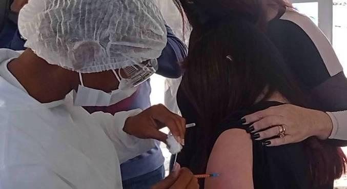 Jovem de 17 anos com síndrome de Down foi a primeira a se vacinar nesta quinta-feira (22)