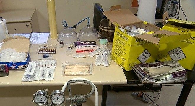 Materiais apreendidos em suposta clínica de Cintia