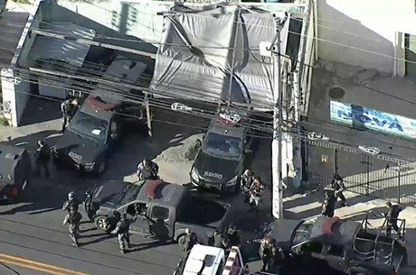 Agentes na rua Doutor Mário Viana, em Niteroi