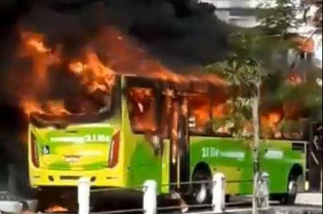 Manifestantes atearam fogo em um ônibus