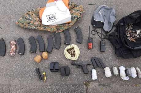 Pistolas, munições, granadas e radiocomunicadores foram apreendidos