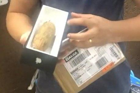 Renato recebeu metade de uma mandioca em caixa