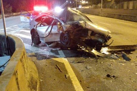 Veículo bateu no muro no sentido Baixada Fluminense
