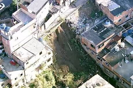 Deslizamento atingiu 12 casas, dois carros e uma moto