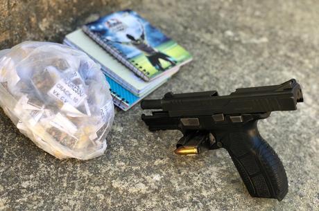 Drogas e armas foram apreendidas durante ação