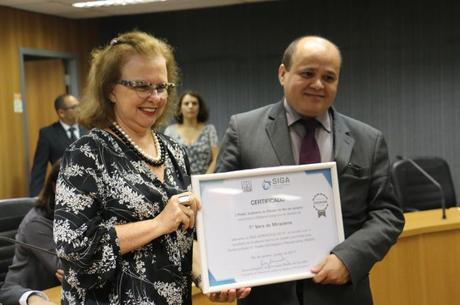 Regina Chuquer em entrega de certificados no TJ-RJ