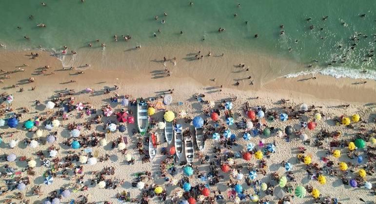 Aglomeração em praia no Recreio dos Bandeirantes, na zona oeste do Rio, nesta segunda (23)