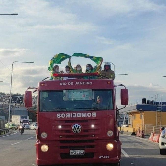 Martine Grael e Kahena Kunze desfilaram em carro aberto do Corpo de Bombeiros em Niterói