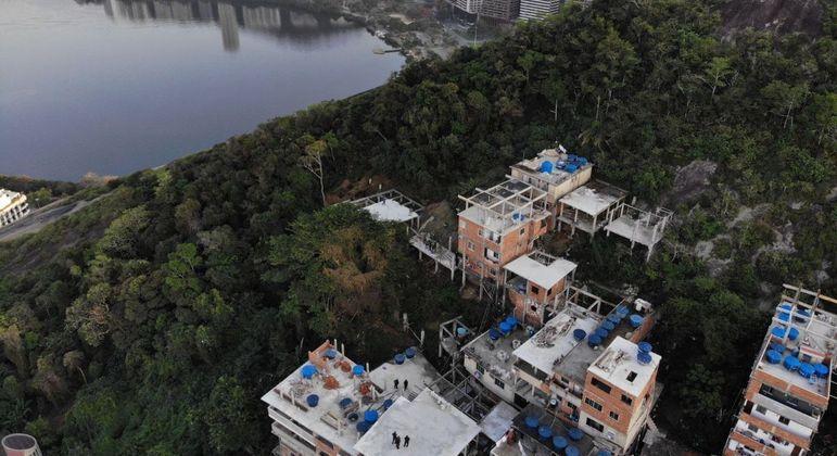 Cinco construções, com até três andares, foram alvo de embargos e notificações