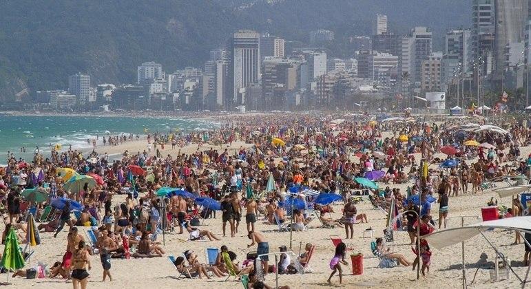Cariocas lotaram a praia de Ipanema, na zona sul