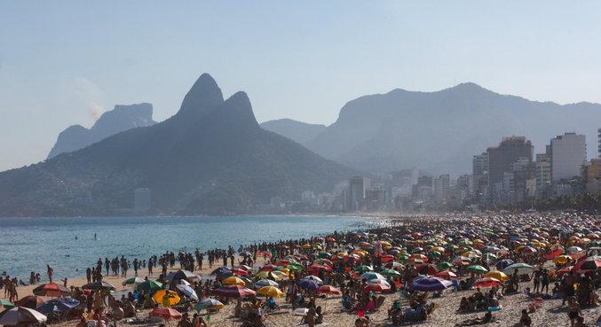 Praias ficaram lotadas no domingo que registrou temperaturas altas