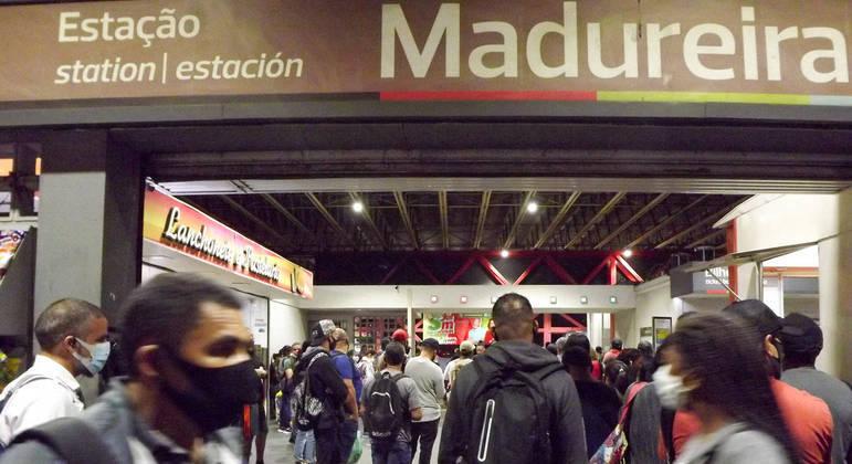 Movimentação de passageiros na estação de Madureira após interrupção do serviço