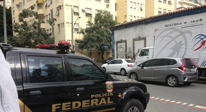 Agentes da Polícia Federal chegaram ao Mercado São José nesta manhã
