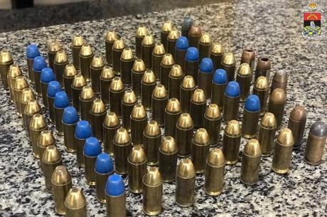 Oitenta e três munições foram apreendidas