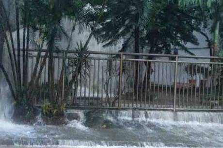 Na zona oeste, água atingiu um condomínio