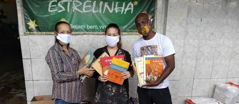 Autor, que é vizinho ao Complexo do Alemão, doou 100 livros para as crianças da creche