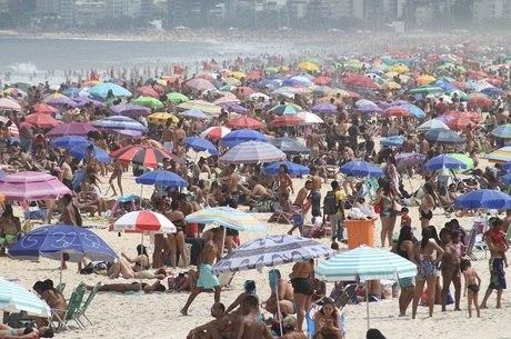 Banhistas levaram barracas e cadeiras para as areias