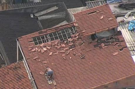 Morador de São Gonçalo recupera telhado nesta manhã