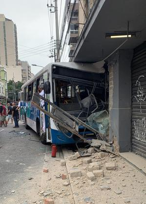 Ônibus bateu em loja na Tijuca