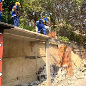 Prefeitura demole construções irregulares