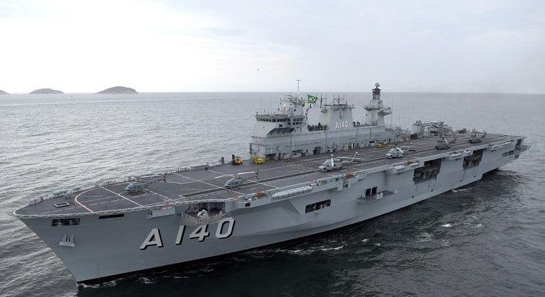 Na missão trabalham cerca de 830 militares; navio tem 203,43 m e comporta 21.578 toneladas