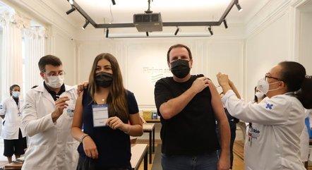 Eduardo Paes e filha Isabela se vacinaram contra covid-19