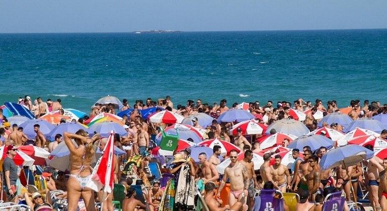 Com o termômetro acima de 30º C em pleno inverno, os cariocas lotaram a praia de Ipanema