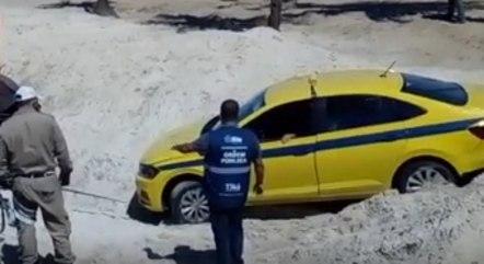 Táxi invade praia de Copacabana