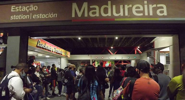 Passageiros aguardam volta da circulação de trens na estação de Madureira