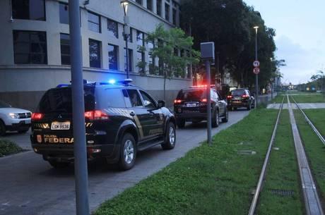 Agentes deixam a sede da Polícia Federal no Rio